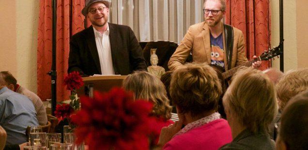 """Launische Seitenhiebe, ein überragender Auftritt des Duos """"Zammgebicht"""" und die Frage wo noch Stühle hergeholt werden können."""